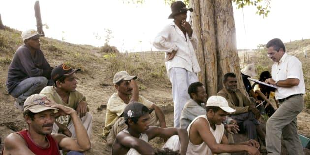 Inspetor do Ministério do Trabalho (dir.) conversa com trabalhadores escravos descobertos na fazenda Bom Jesus, na Bacia do Amazonas, em 2003.