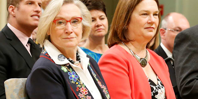 L'ancienne ministre du MAINC, Caroline Bennett, est devenue « ministre des Relations Couronne-Autochtones et des Affaires du Nord » et l'ancienne ministre de la Santé, Jane Philpott, la « ministre des Services aux Autochtones ».