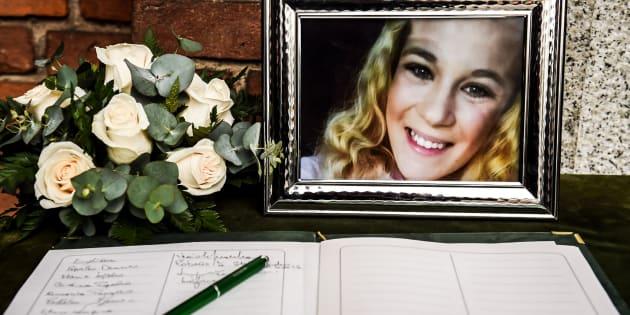 I funerali di Jessica Faoro: la madre sviene e urla contro i