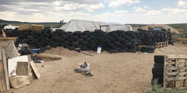 Onze enfants ont été rescapés d'un camp fortifié au beau milieu du désert du Nouveau-Mexique, le 3 août dernier. Le cadavre d'un petit garçon a aussi été découvert.
