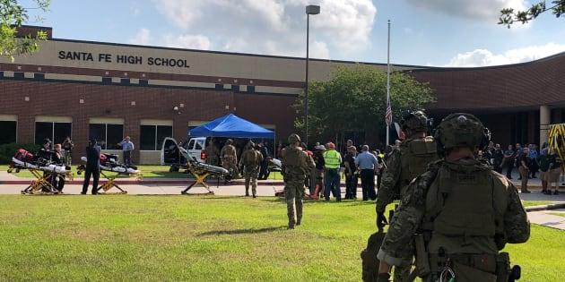 Autoridades armadas respondiendo a un tiroteo en Santa Fe High School.