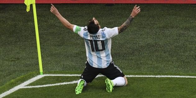 El capitán de Argentina, Lionel Messi, festeja el pase de su selección a la siguiente fase del Mundial. Photo by Paul ELLIS / AFP
