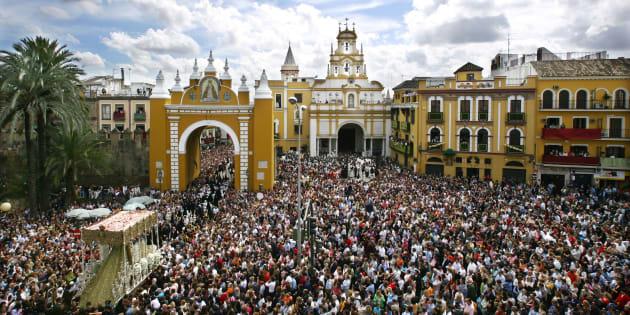 Miles de personas asisten al retorno de La Macarena a su basílica, en Sevilla, el pasado Jueves Santo.