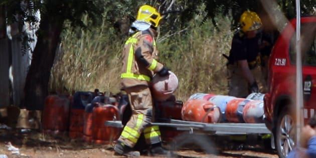 Los Bomberos trasladan las bombonas de butano encontradas en la casa donde se produjo la explosión en Alcanar (Tarragona), esta mañana.