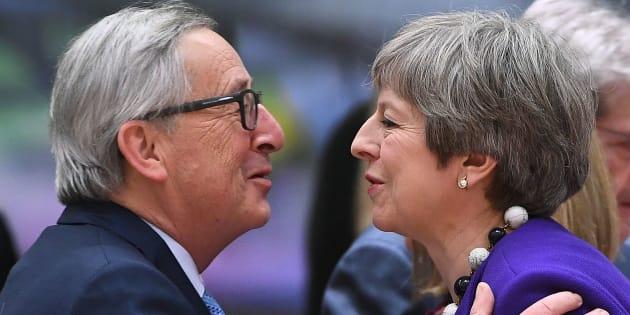 Jean-Claude Juncker y Theresa May se saludan antes de una reunión de líderes europeos en Bruselas, en marzo pasado.