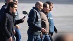 A testa alta e senza manette: Cesare Battisti scende