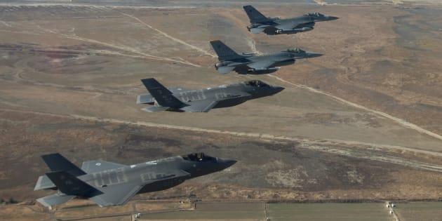 2017年12月にあったアメリカと韓国の合同軍事演習で、韓国上空を飛行するアメリカ軍機