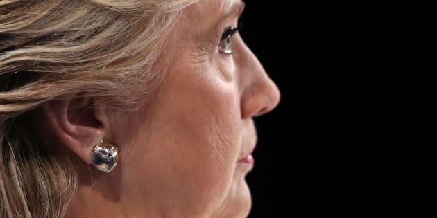 Hillary Clinton écoute Donald Trump lors du troisième débat entre les candidats à la présidentielle, le 19 octobre.