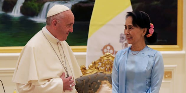 Pope Francis meets Myanmar?s State Counsellor Aung San Suu Kyi in Naypyitaw, Myanmar November 28, 2017.   REUTERS/Max Rossi