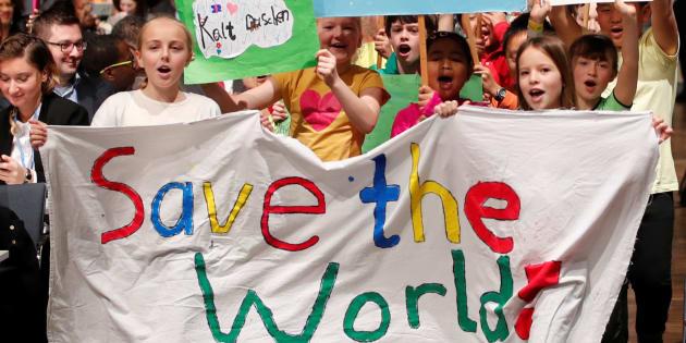 Des enfants défilent lors d'une marche pour le climat en amont de l'ouverture de la COP23 à Bonn, le 6 novembre 2017.