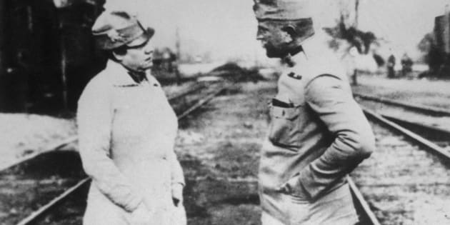 Prominent journalist Nellie Bly, representing the New York Evening Journal, speaks with an officer of the Austrian Army in Poland.
