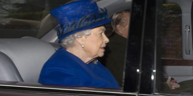 """Première sortie pour la reine d'Angleterre Elizabeth II, après son """"gros rhume"""""""