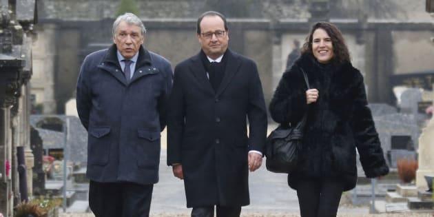 François Hollande entouré de Gilbert Mitterrand et Mazarine Pingeot lors d'une cérémonie pour le 20e anniversaire de la mort de François Mitterrand, en janvier 2016.