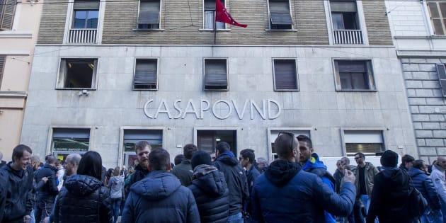 """Casapound minaccia la Guardia di Finanza: """"Se entrate s"""