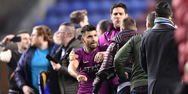 Sergio Agüero se bat avec un fan adverse après l'élimination surprise de Manchester City à Wigan.