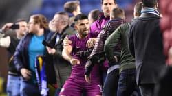 Une star de Manchester City se bat avec un fan adverse après une