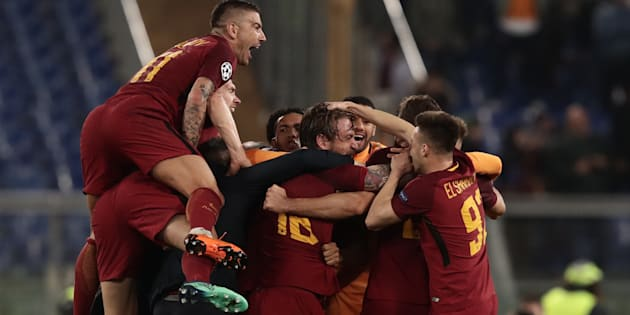 AS Roma's players celebrate after winning the UEFA Champions League quarter-final second leg football match between AS Roma and FCUna Roma che umilia il Barcellona 3-0  Barcelona at the Olympic Stadium in Rome on April 10, 2018. / AFP PHOTO / Isabella BONOTTO        (Photo credit should read ISABELLA BONOTTO/AFP/Getty Images)