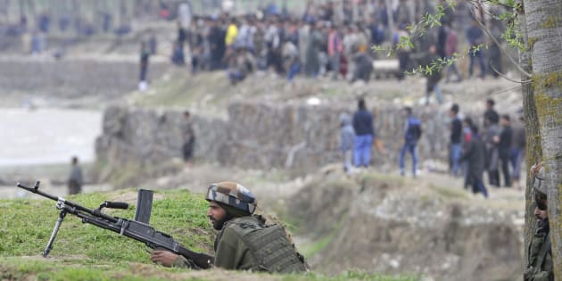 Army soldiers at the site of a gunbattle in Chadoora, on 28 March 2017 in Badgam district south of Srinagar.