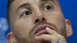 Sergio Ramos pierde los nervios y la emprende a balonazos con un