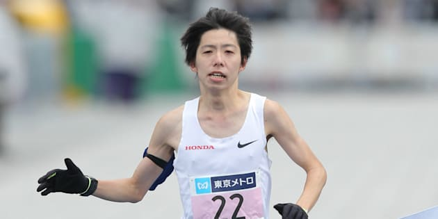 男子で2時間6分11秒の日本新記録をマークして2位でゴールする設楽悠太(ホンダ)=2018年2月25日、東京都千代田区のJR東京駅前