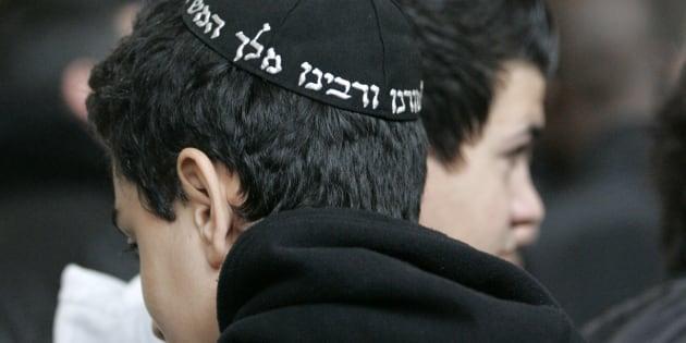 Jóvenes judíos esperan a las puertas de un tribunal en París.