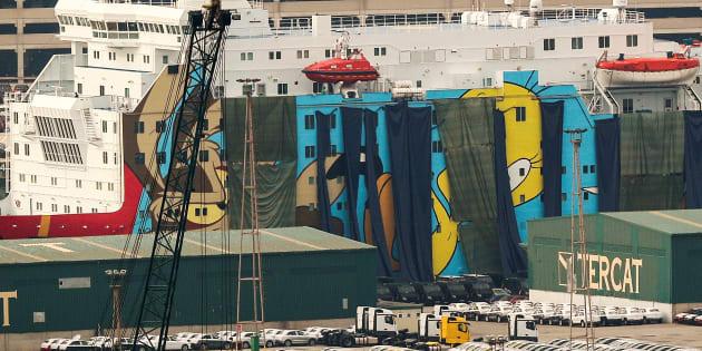 Lonas oscuras cubriendo las figuras de los Looney Tunes en el barco destinado a los agentes de refuerzo y atracado en el Puerto de Barcelona.