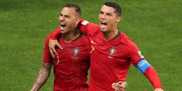 Cristiano Ronaldo comemora com Quaresma o primeiro gol de Portugal.  CR7 perdeu pênalti no segundo tempo.