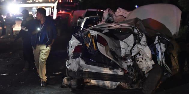 Un tráiler embistió a 15 vehículos sobre la autopista México-Toluca a la altura del centro comercial Patio Santa Fe. El incidente dejó 10 muertos y 16 heridos que fueron trasladados a diferentes hospitales.
