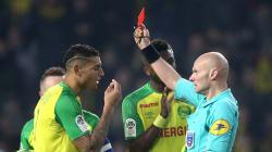 Ce tacle de l'arbitre sur un joueur de Nantes aurait mérité un carton
