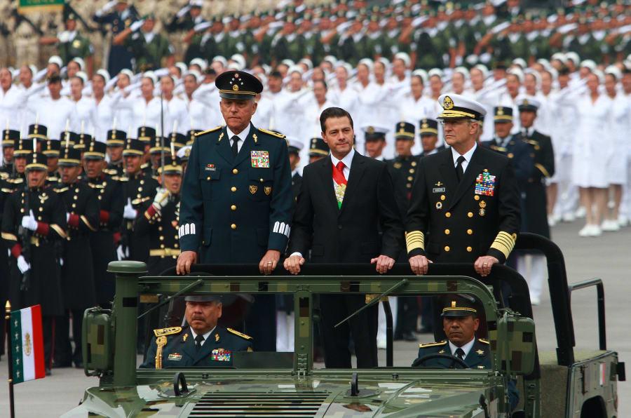 El presidente Enrique Peña Nieto autorizó el inicio del Desfile Militar conmemorativo del 208 aniversario de la Independencia, al comandante de la columna del desfile, Roble Arturo Granados Gallardo.