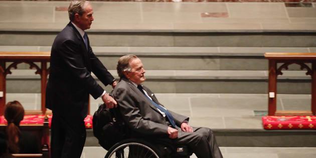 George Bush Sr. poussé par son fils lors des funérailles de Barbara Bush, le 21 avril.