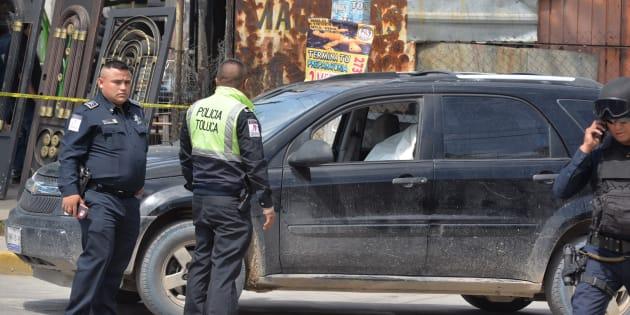 TOLUCA, ESTADO DE MÉXICO, 05JULIO2018.- Un hombre fue asesinado en San Mateo Otzacatipan, cuando circulaba en una camioneta.