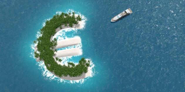 Paraíso fiscal, evasión financiera o de riqueza en una isla con forma de euro. Un barco de lujo navega hacia la isla.