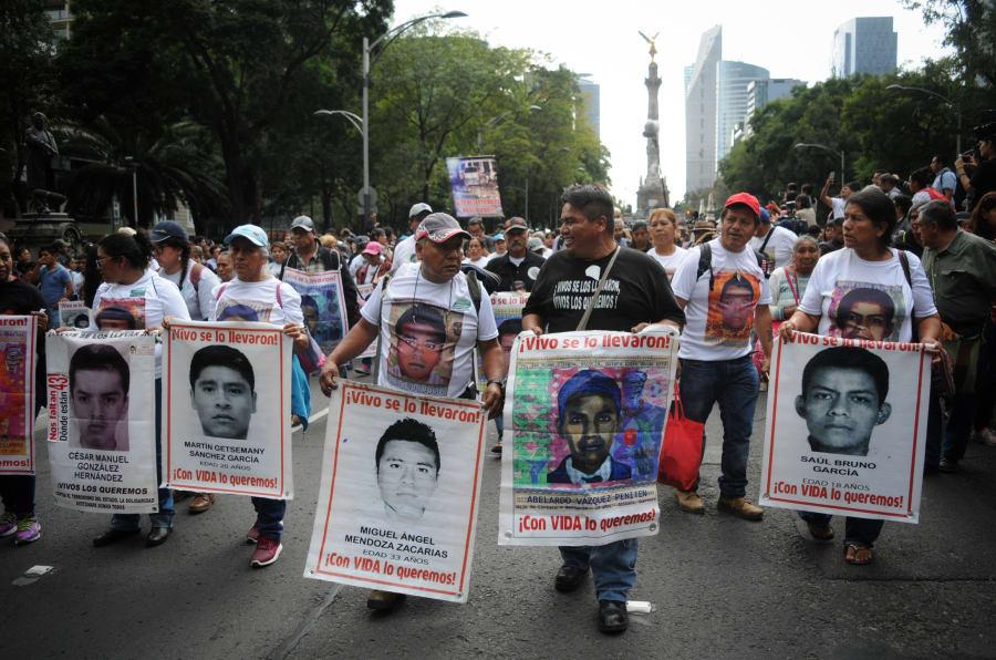 Padres y madres de los 43 normalistas desaparecidos de Ayotzinapa encabezan la marcha del Ángel de la Independencia rumbo al zócalo capitalino como parte de las actividades del cuarto aniversario de los hechos ocurridos en Iguala, Guerrero, el 26 de septiembre de 2018.