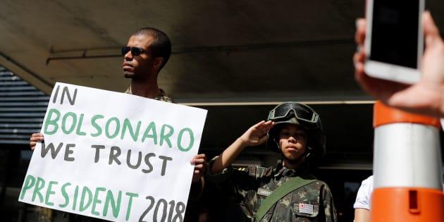 Gilberto de Mattos, 26, e seu irmão, Cristiano, 10, apoiam Jair Bolsonaro na frente do hospital Albert Einstein, em S São Paulo.
