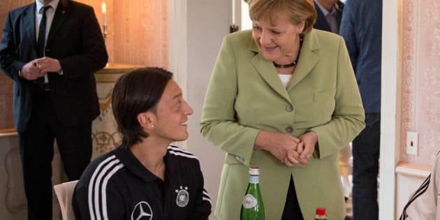 """Merkel """"respecte"""" le retrait d'Özil de la sélection allemande, la fédération dément tout racisme"""
