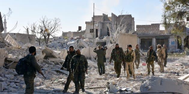 Les forces pro-gouvernementales syriennes inspectent des bâtiments pris aux rebelles dans les quartiers est d'Alep, le 27 novembre 2016.