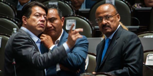 El diputado Mario Delgado, coordinador de la bancada morenista, platica con René Juárez, coordinador de la bancada priísta, durante la sesión ordinaria de la LXIV Legislatura en San Lázaro.