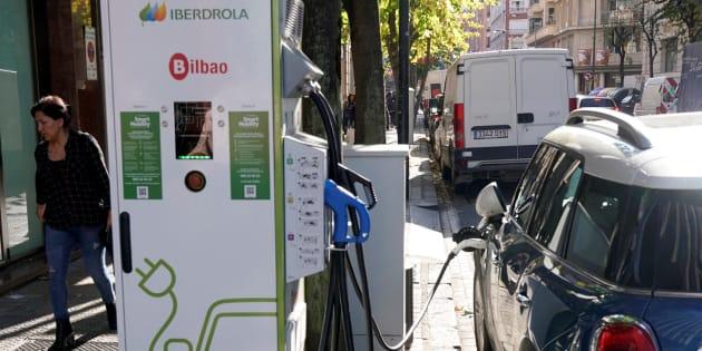 Un usuario recarga un coche eléctrico en un punto de recarga de Iberdrola en Bilbao.