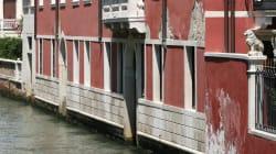 Turista ubriaco a Venezia scherza con la fidanzata: