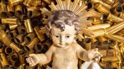 Gesù bambino tra i proiettili. La provocazione dei frati di