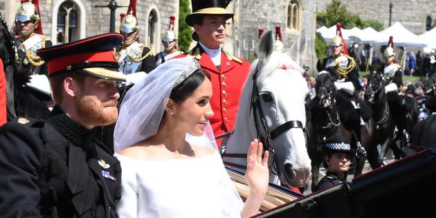結婚のお祝いに集まった人々へ手を振るメーガン妃とヘンリー王子=2018年5月19日