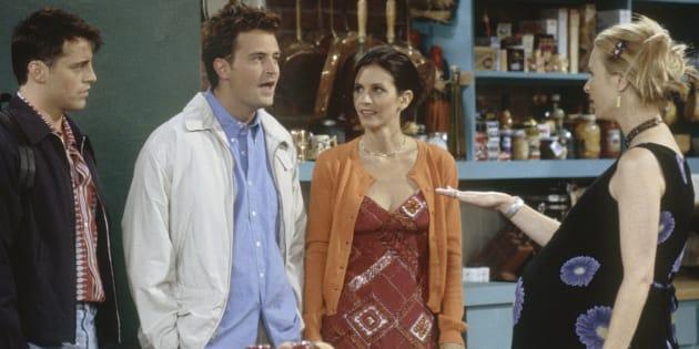 """Le casting de """"Friends"""" avait un petit rituel adorable pendant la grossesse de Lisa Kudrow"""