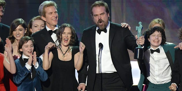 David Harbour (C) and the Cast of 'Stranger Things' accept the award for Outstanding Performance by an Ensemble in a Drama Series onstage during the 23rd Annual Screen Actors Guild Awards show at The Shrine Auditorium on January 29, 2017 in Los Angeles, California. / AFP / ROBYN BECK        (Photo credit should read ROBYN BECK/AFP/Getty Images)