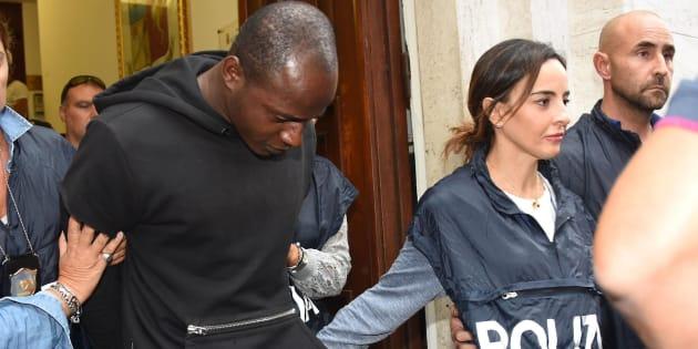 Un gruppo di agenti fuori dalla Questura di Rimini dopo l'arresto di Guerlin Butungu (D), 20 anni, congolese, rifugiato residente a Vallefoglia, nel Pesarese, a Rimini, 3 settembre 2017. ANSA/MANUEL MIGLIORINI