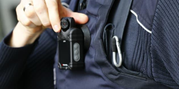Photo d'une caméra corporelle sur un policier allemand.
