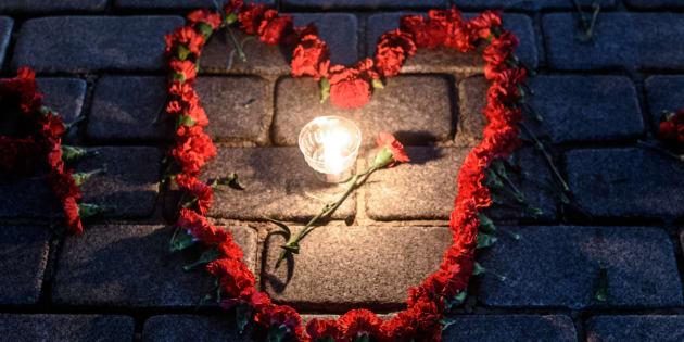 Des fleurs et une bougie, en souvenir des victimes du terrorisme à Istanbul, janvier 2016. / AFP PHOTO / OZAN KOSE