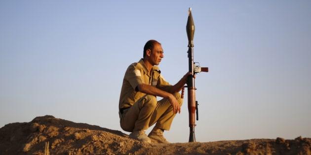Un combattant Peshmerga monte la garde dans le nord de l'Irak.