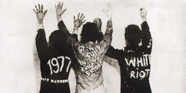 The Clash, White Riot e.p., 1977, custodia del disco, 18 x 18 cm, coll. priv, Roma. Piu' dell'Arte Povera, piu' della Transavanguardia, e' la controcultura Punk il movimento che piu' ha inciso sull'arte visiva europea degli anni'70-80. E' quello che vuole dimostrare la grande mostra Europunk, da domani a Villa Medici, dove per la prima volta sono riuniti oltre 550 tra oggetti e documenti fondamentali per capire le dimensioni del fenomeno nel vecchio continente. Presentata oggi alla stampa dal direttore dell'Accademia di Francia a Roma, Eric de Chassey, curatore della rassegna insieme a Fabrice Stroun, l'esposizione ha rihiesto un lungo lavoro di ricerca per individuare in collezioni private di mezza Europa i materiali piu' significativi. ANSA /