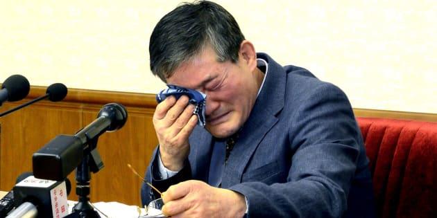 Un hombre que se identificó como Kim Dong Chul, quien previamente dijo ser ciudadano estadounidense naturalizado y fue arrestado en Corea del Norte en octubre, asiste a una conferencia de prensa en Pyongyang, Corea del Norte, el 25 de marzo de 2016.
